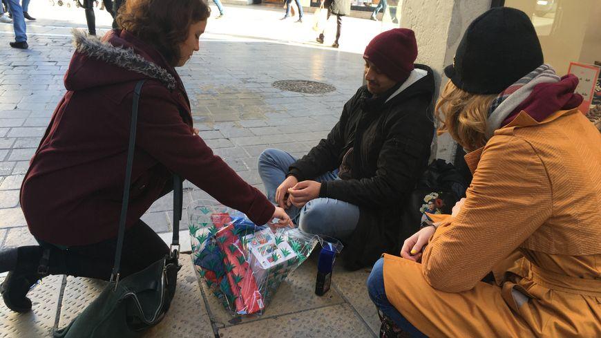 Une douzaine de bénévoles ont parcouru les rues du centre-ville de Montpellier pour offrir aux sans-abris un cadeau qu'ils avaient choisi à l'occasion de noël
