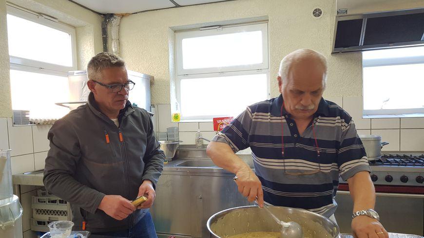 De gauche à droite : le maire Hubert Van Goethem et le cuisinier Didier préparent le Réveillon intensément pendant deux jours avec une dizaines de bénévoles.