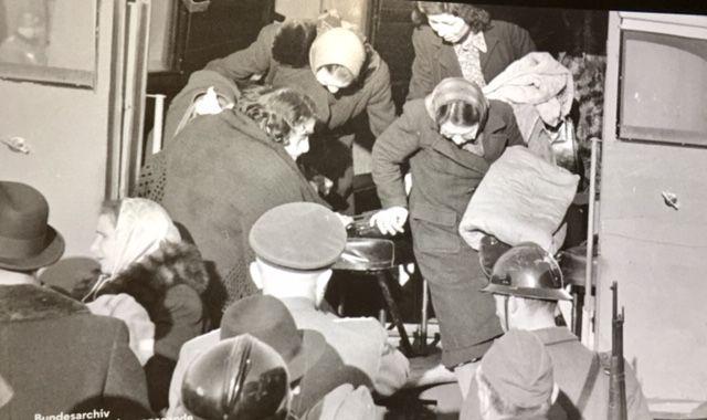 photo de propagande allemande prises lors des rafles de Marseille en 1943