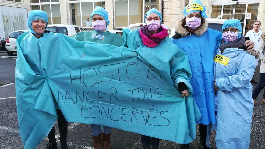 Mobilisation contre le manque de moyens à l'hôpital de Cherbourg.