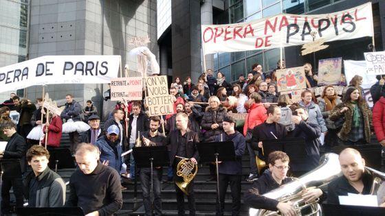 Les danseurs et les musiciens de l'Opéra de Paris rassemblés à Bastille pour manifester contre la réforme des retraites, le 17 décembre 2019