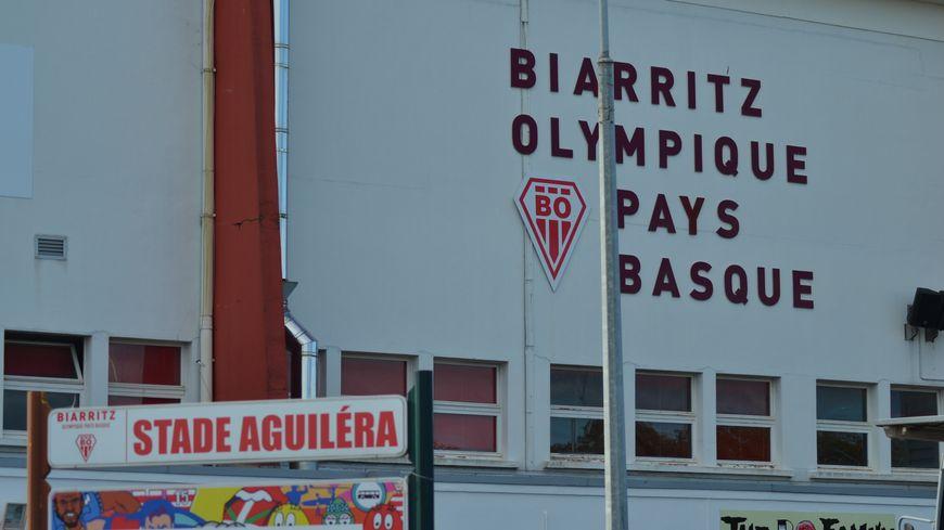 Le stade Aguiléra peut accueillir actuellement 13.400 spectateurs dont 9.450 places assises.