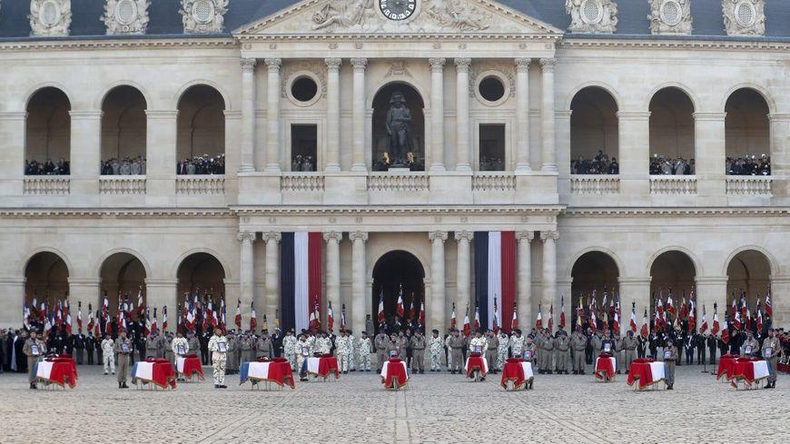 Emmanuel Macron aux Invalides pour l'hommage national aux 13 soldats tués au Mali
