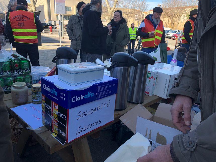 Une caisse de solidarité permet de récolter de l'argent pour les grévistes salariés
