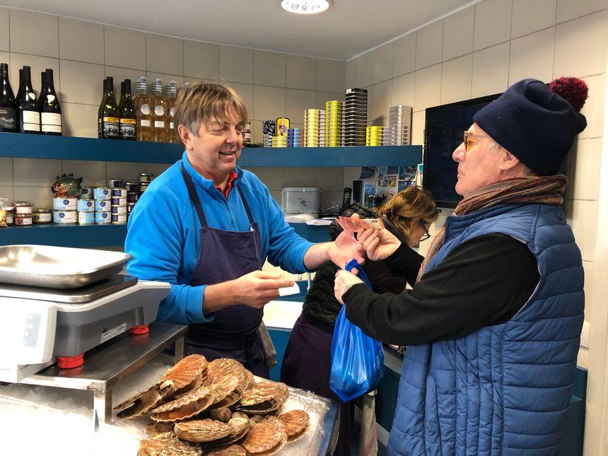 Michel Bruneau récupère ses filets de rouget, ses crevettes et ses bulots.