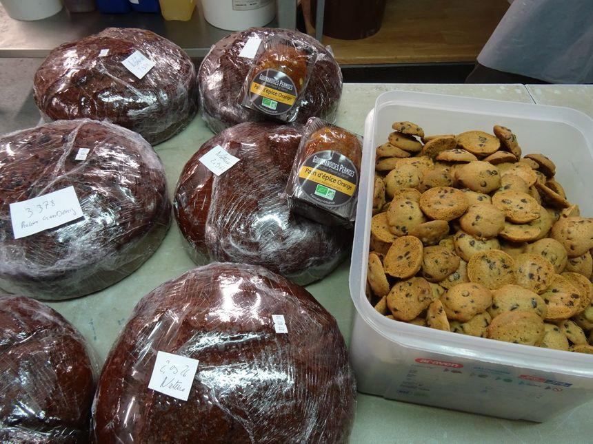 A gauche, les pains d'épices sans produits laitiers et à droite, les biscuits naturellement sans gluten.