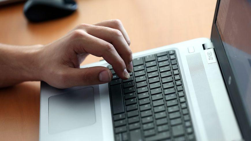 Le hacker originaire de Besançon a réussi  à identifier les deux personnes soupçonnées de viol en une soirée