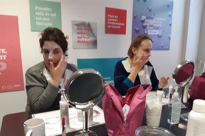 L'atelier Belle et bien commence par la desinfection des mains avant les soins du visage