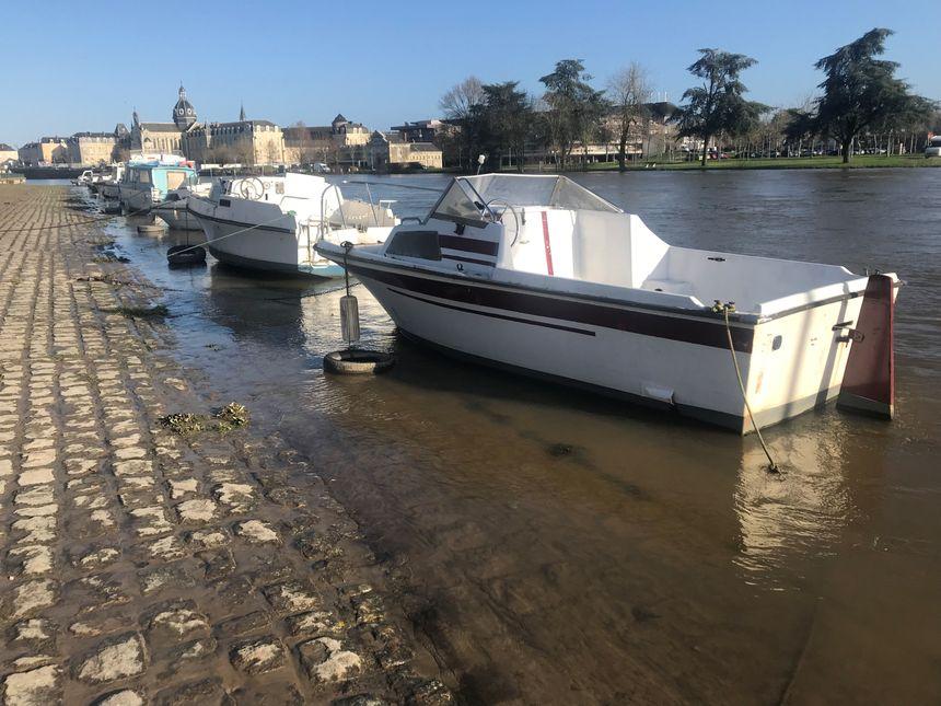 Quai d'Alsace certains bateaux de plaisance sont sortis du lit de la Mayenne
