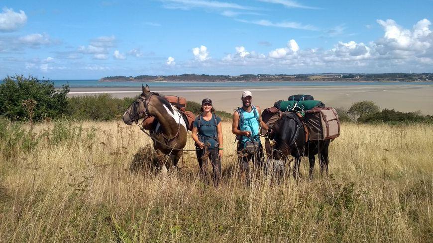 Juliette Masure, son compagnon, sa mule Vickye et son cheval Picasso