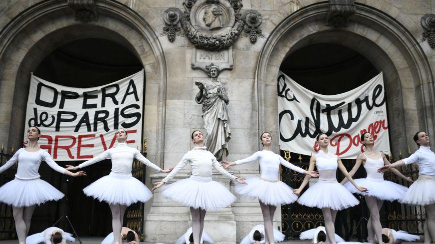 Des danseuses de l'Opéra de Paris contre la réforme des retraites