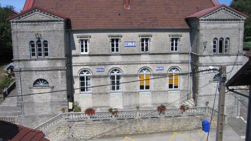 La mairie de Cernans dans le Jura