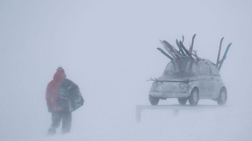 Les conditions météo à Val d'Isère perturbe les épreuves de coupe du monde de ski alpin.