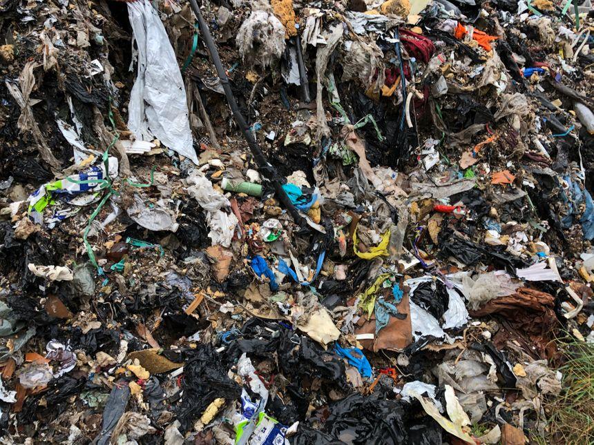 Toutes sortes de déchets sont déposées, ce qui crée une odeur nauséabonde aux alentours.