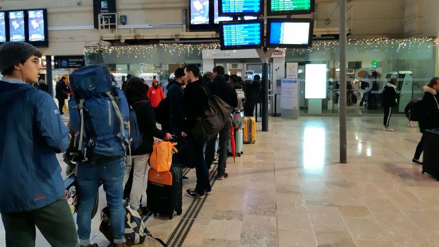 Une file d'attente aux guichets de la SNCF