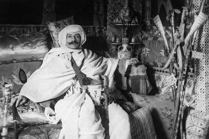 Pierre Loti en costume de spahi dans le « salon turc » de sa maison à Rochefort