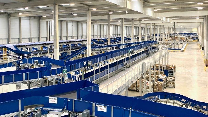 Deux tapis superposés permettent l'acheminement de 32 000 colis par heure