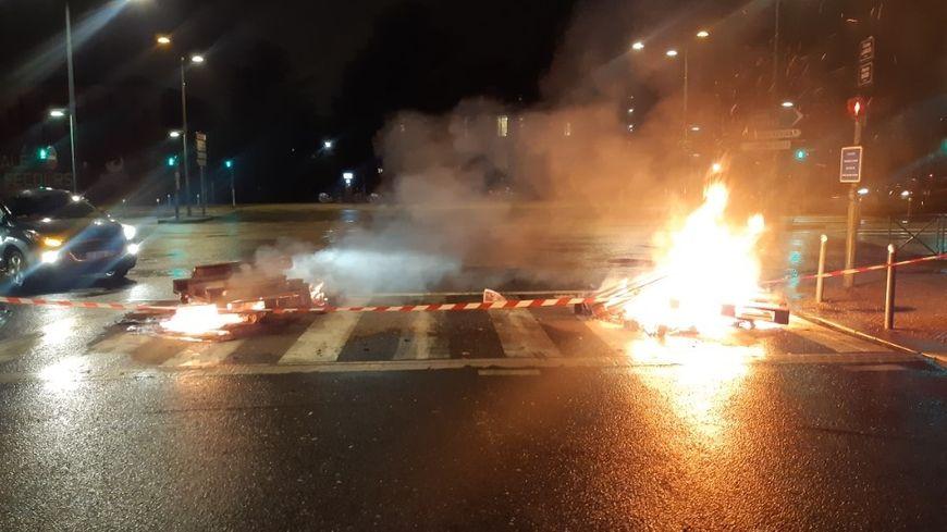 Des feux de palettes bloquent l'entrée du dépôt de bus de la plaine de Baud à Rennes