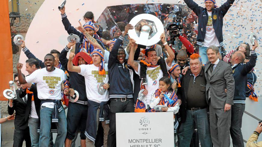 Les joueurs du MHSC brandissent le trophée de Champion de France 2011-2012 sur les marches de l'opéra Comédie