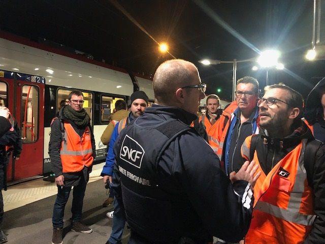 Les syndicats ont manifesté ce dimanche matin lors du lancement du Léman Express en gare d'Annemasse.