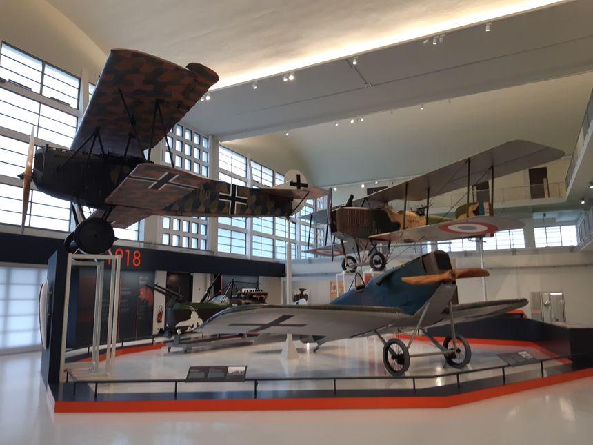 Avions de la première guerre mondiale exposés dans la grande galerie du musée de l'Air et de l'Espace du Bourget