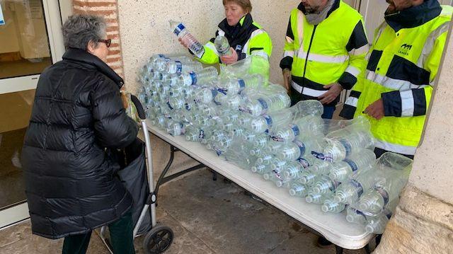Des distributions de bouteilles d'eau sont organisés