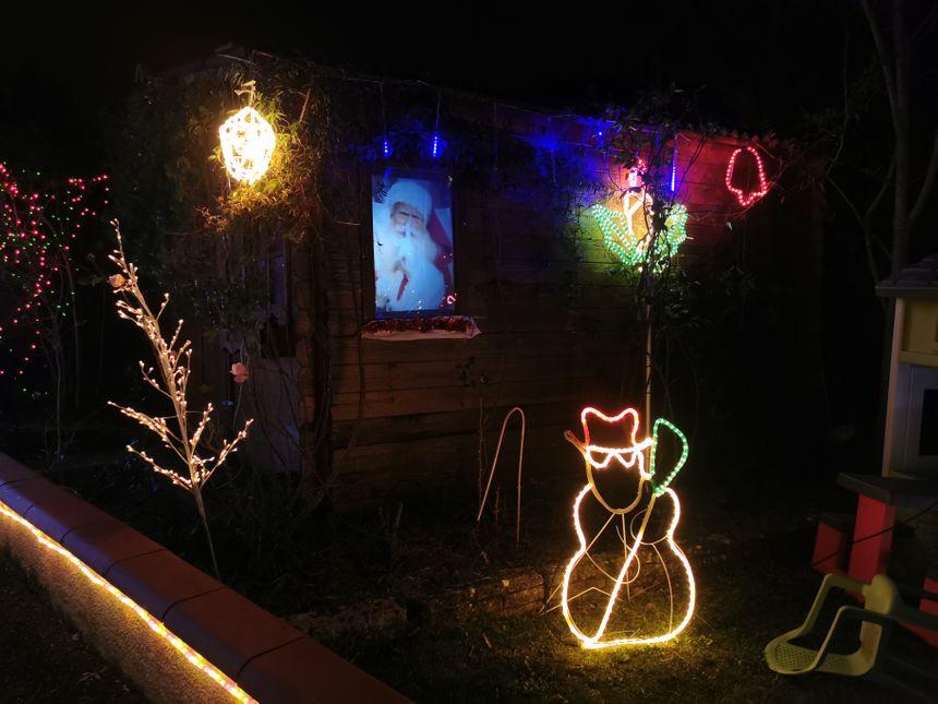 Le père Noël se cache dans le jardin