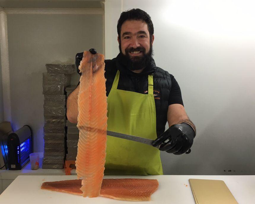 Serge, découpeur appliqué de tranches de saumon.
