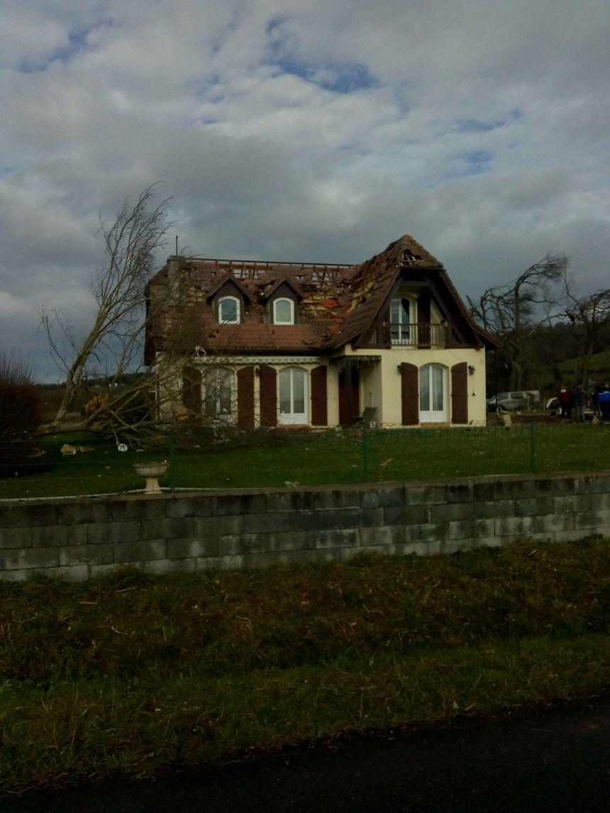Des toitures ou parties de toitures ont été arrachées.