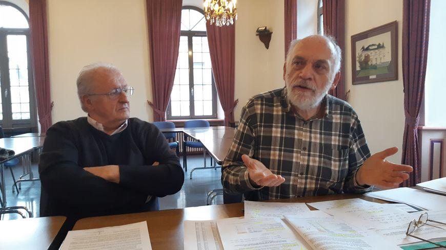 A gauche : Yves Adami, du collectif Notre Aggl'EAU et à droite, François Lachambre du Codev, le conseil de développement