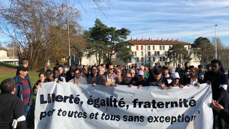300 personnes ont marché des Hauts de Bayonne jusqu'au Petit Bayonne pour la paix et contre le racisme