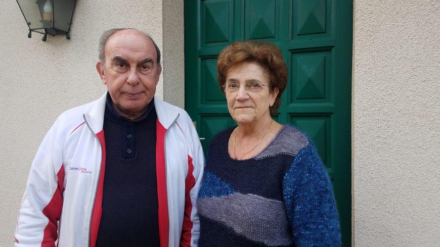 Jacky et Colette devant la porte de leur domicile inutilisable depuis l'intervention des forces de l'ordre.