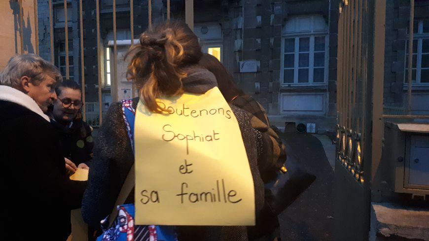 Mobilisation devant l'école Darcy à Dijon, pour soutenir Sophiat scolarisée en CE1 et menacée avec sa famille d'expulsion