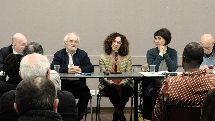 Jamila El Barkaoui (au centre), entourée d'avocats et de représentants du Mrap et de SOS Racisme