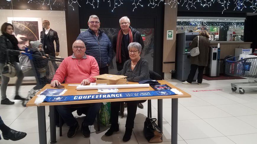Des membres du conseil d'administration du Sablé FC tenaient la billetterie dans la galerie marchande de l'hypermarché Leclerc.