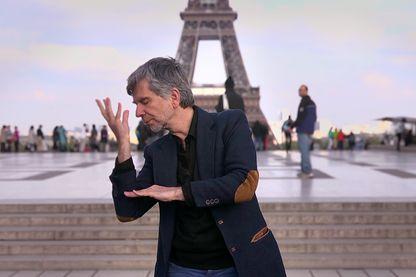 Le poète Levent Beskardes danse un poème en langue des signes, et le temps s'arrête.