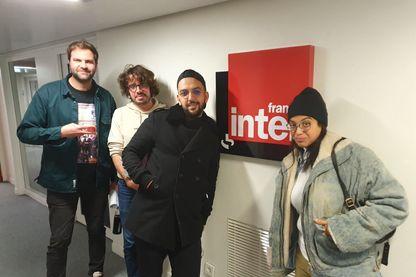 Eric et Quentin devant les studios de France Inter, avec Melha Bedia et Jhon Rachid.