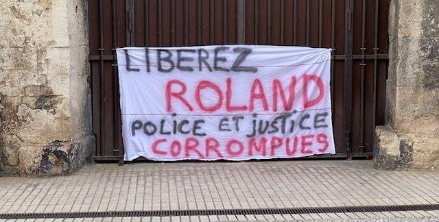 Une banderolle qui en dit long sur le sentiment des soutiens de Roland Veuillet.