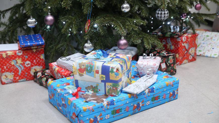 Le voleur avait commencé à déballer les cadeaux de Noël de la famille (illustration)