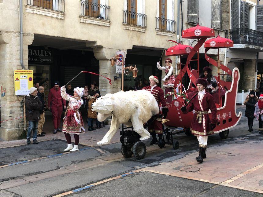 """L'ours blanc du spectacle """"Noltika"""" dans les rues de Carpentras"""