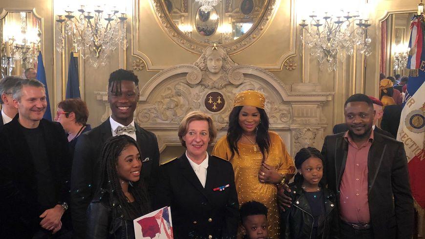 Eduardo Camavinga entouré de sa famille, la préfète de la région Bretagne et d'Olivier Létang