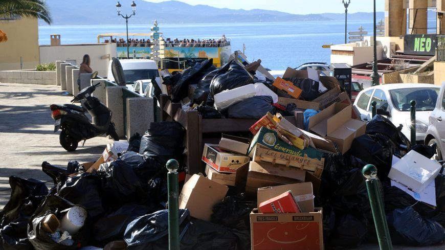 En cette période de fêtes, les déchets se multiplient dans les rues insulaires