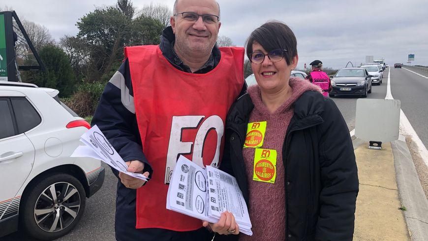 Gérald Albano et Virginia Houdoyer de FO distribuent des tracts près du centre commercial le Grand Mail à Saint-Paul-lès-Dax.