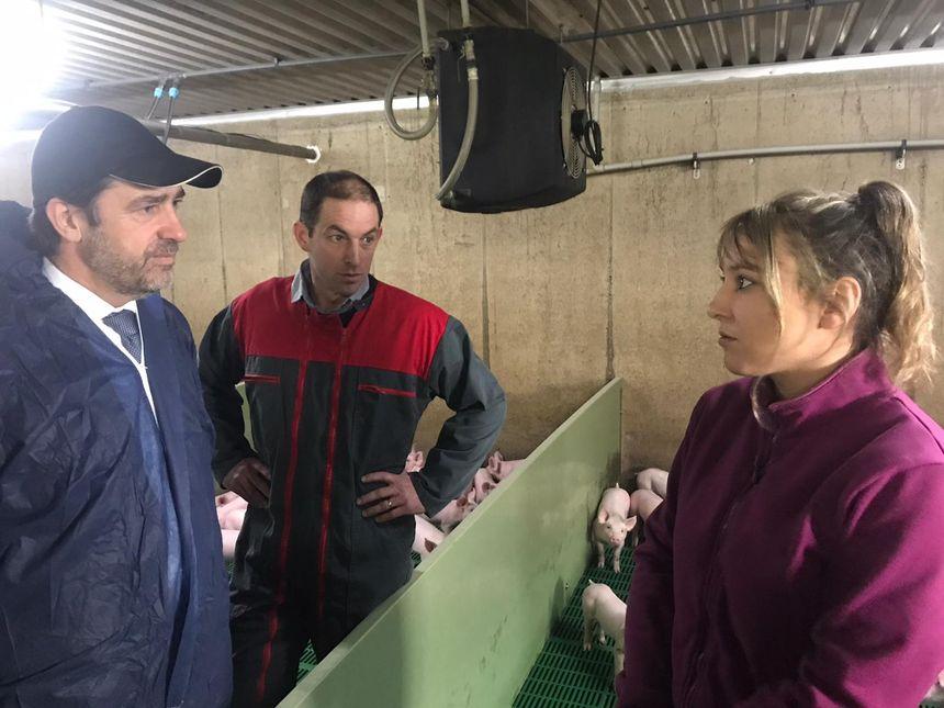 Le ministre de l'Intérieur échange avec un éleveur et son employée, dont l'élevage a subi une intrusion