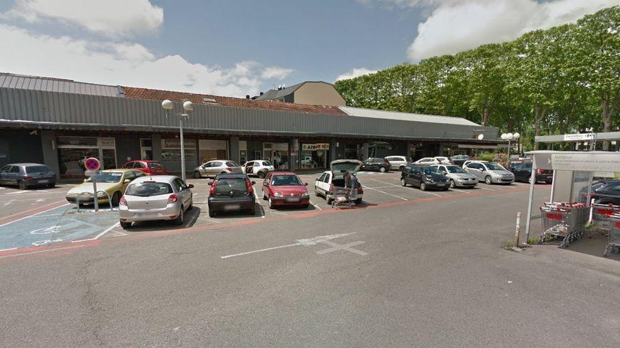 La bagarre a eu lieu sur un parking mal éclairé, près du Carrefour Contact d'Oloron-Sainte-Marie.