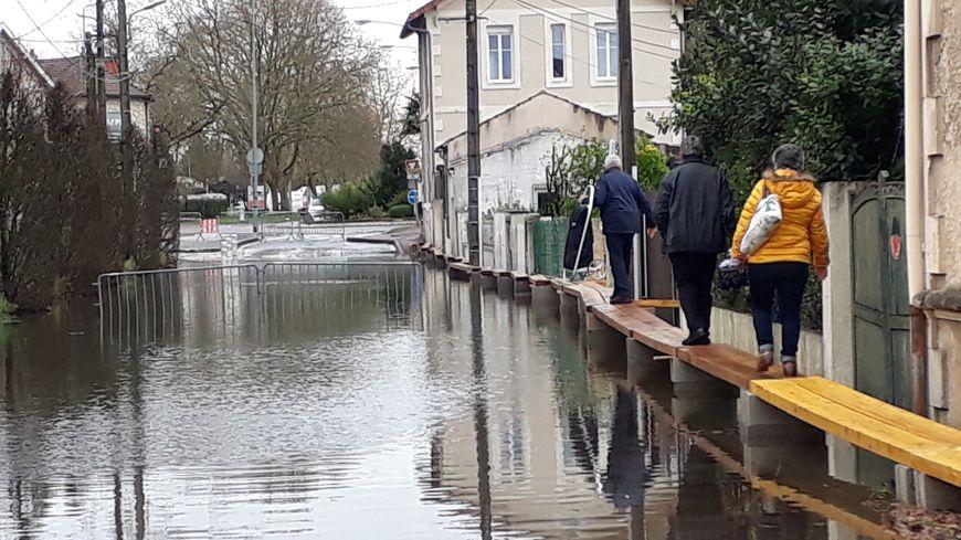 Les riverains de la rue Pont Amillon, près de l'abbaye aux dames contraints de marcher en équilibre sur des madriers