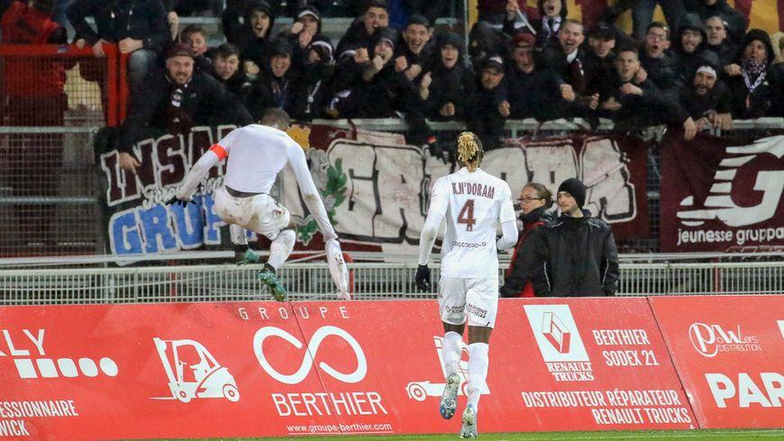 La joie d'Habib Maïga avec ses supporters après le but égalisateur, en toute fin de match