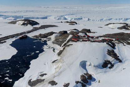 Vue aérienne de la base française Dumont D'Urville, Antarctique, 17 janvier 2012