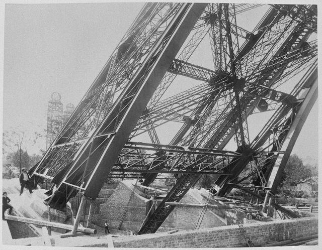 Culée d'une pile de la tour Eiffel en 1888 - frères Neurdein