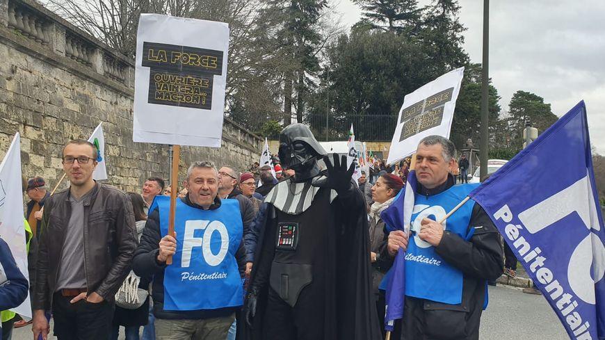 Dark Vador manifeste aux côtés des milliers de Périgourdins à Périgueux.